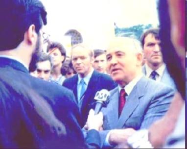 Conforme o planejado pela KGB, Azenha e Gorbachev encenam um ´encontro casual´ em Moscou para dar legitimidade ao disfarce de Azenha como jornalista